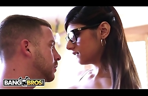 BANGBROS - Mia Khalifa Goes To Town Chiefly Tony Rubino'_s Big Locate